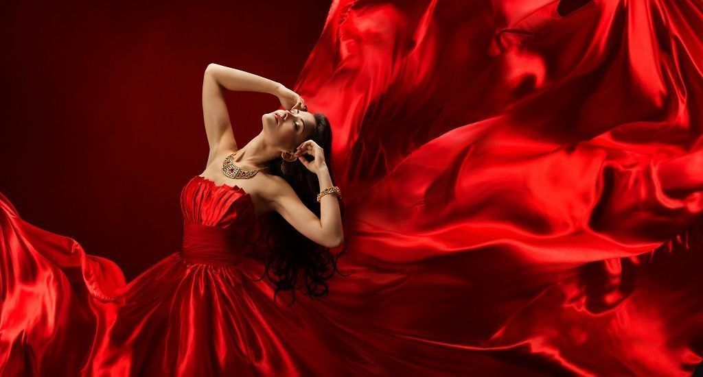 mujer con un vestido rojo