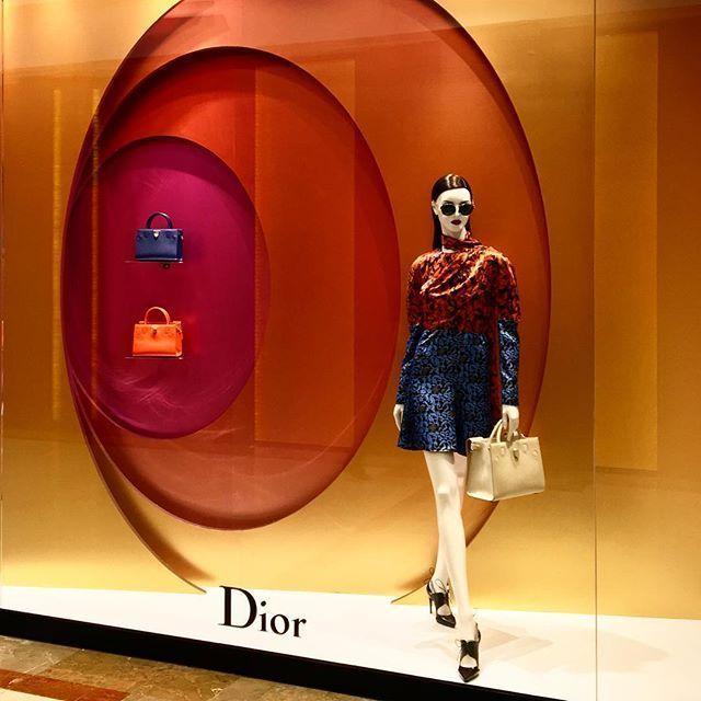 Ejemplo de uso de color análogo de Dior.