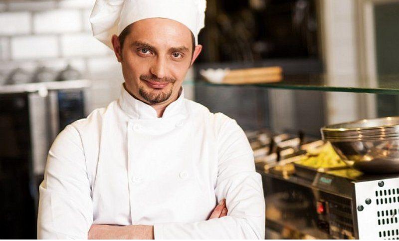 Un chef con su tradicional vestimenta de color blanco